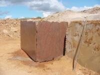 Quais as características dos mármores e granitos?